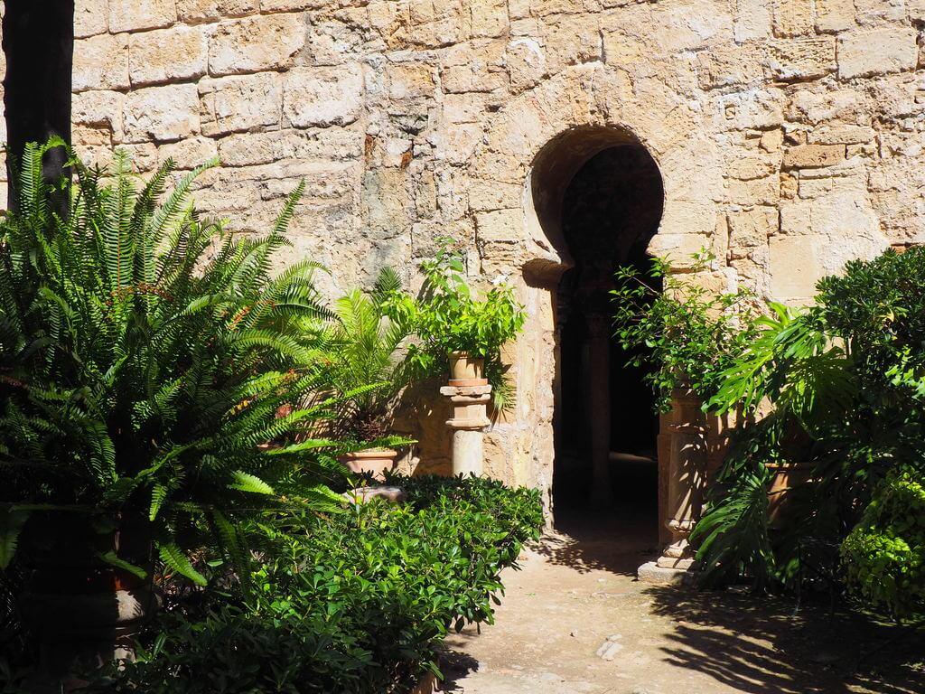 Puerta de entrada a las salas de baños
