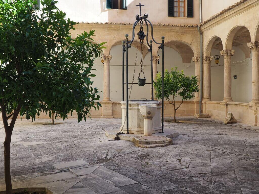 Patio del Claustro de la Catedral de Palma