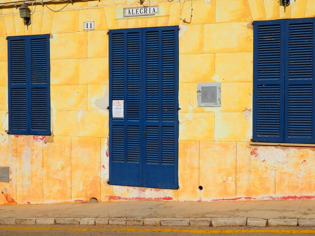 Fachadas de colores en Portocolom