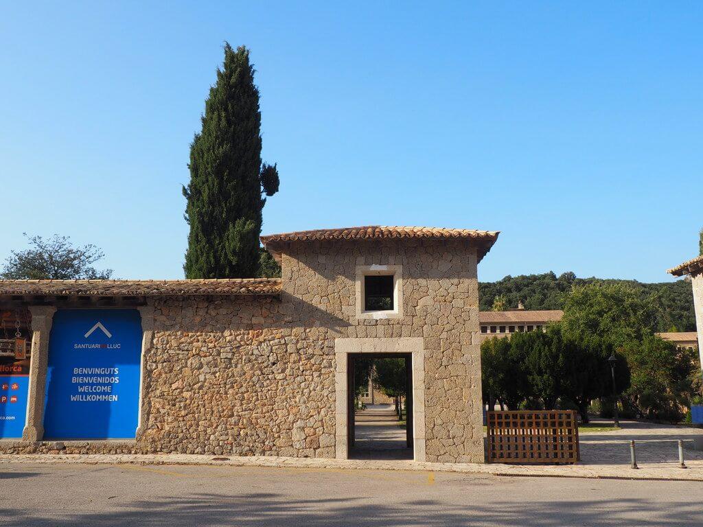 Puerta de acceso al Santuario de Lluc