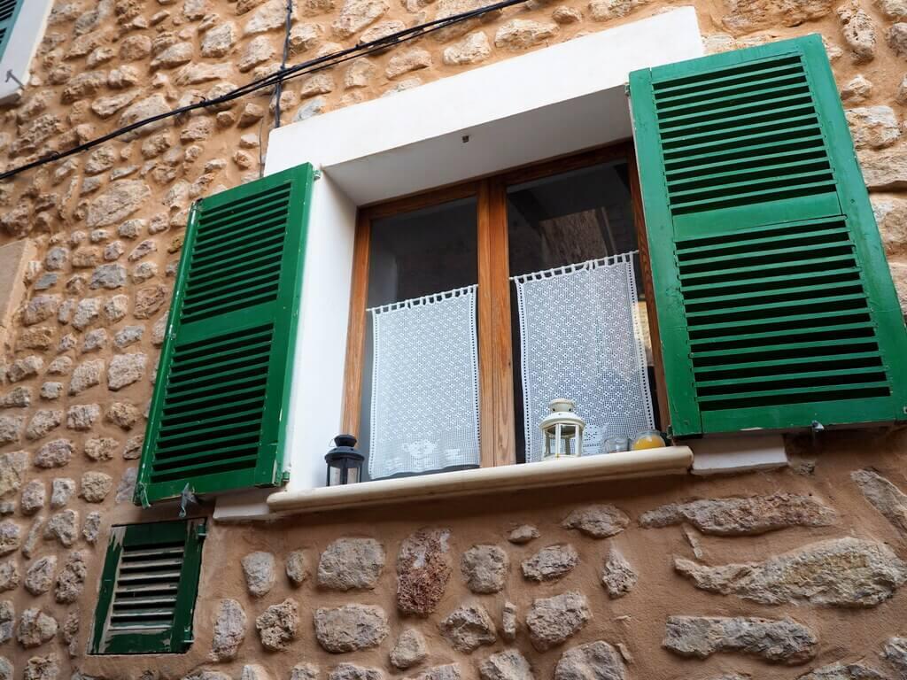 Detalle de una ventana en Fornalutx