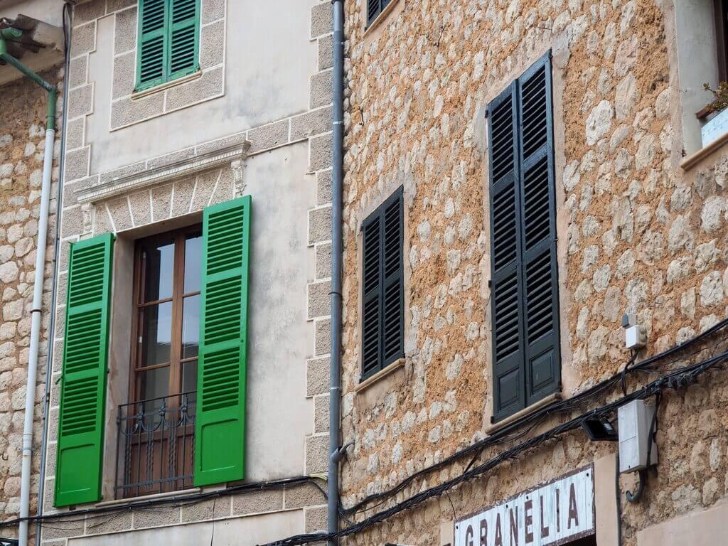 Ventanas de colores en las calles de Sòller