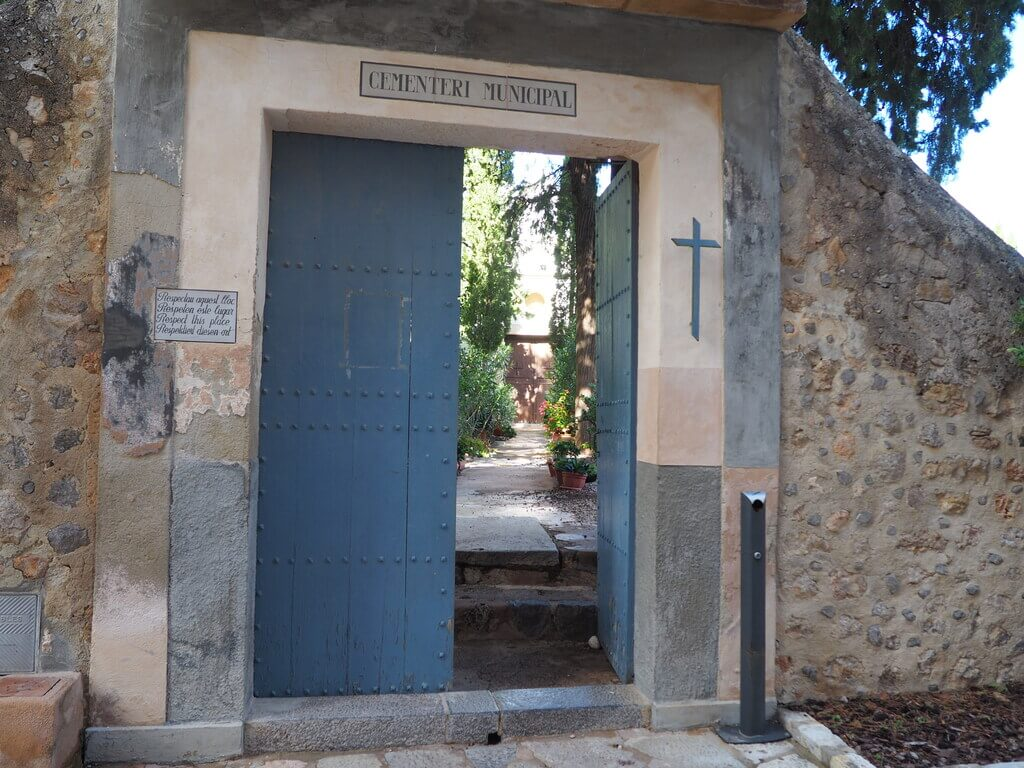 Puerta de entrada al cementerio de Deià