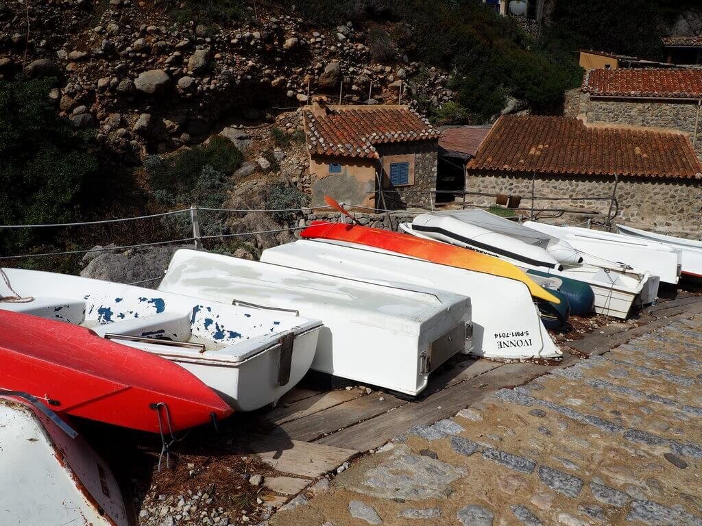 Pequeñas embarcaciones en Cala Deià