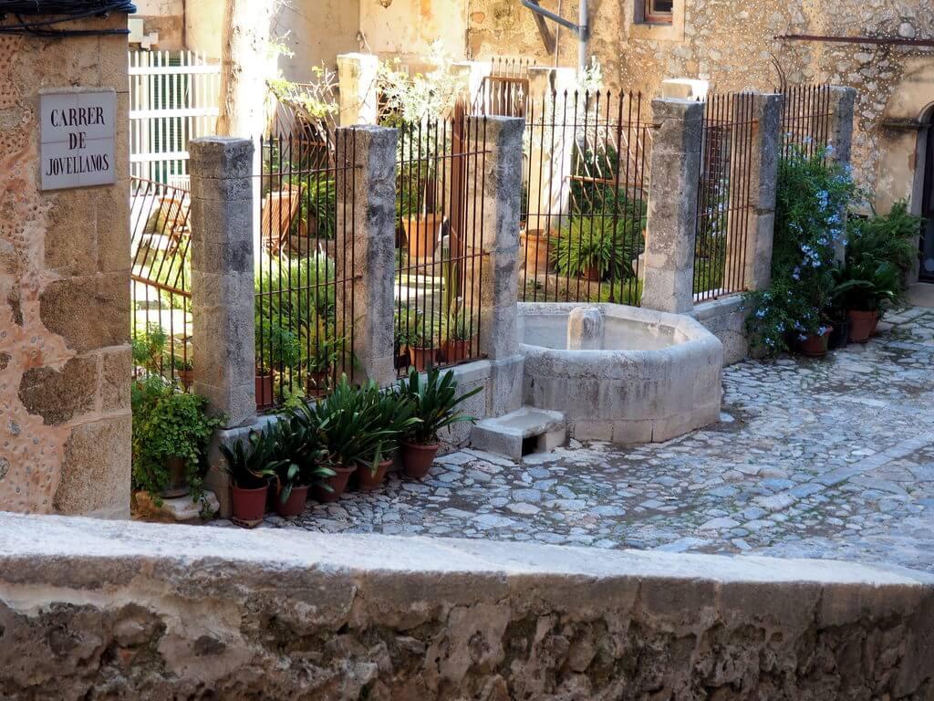 Una bonita plaza de Valldemossa