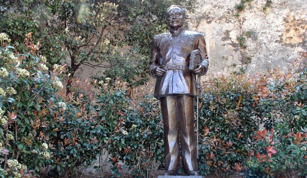 Estatua de Rainiero de Mónaco en la rampa de acceso al Palacio