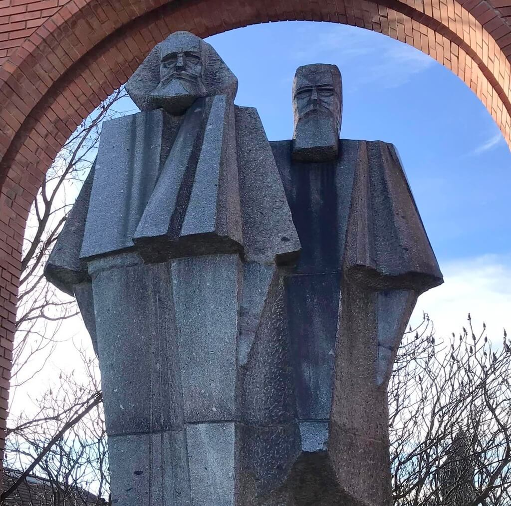 Marx y Engels presidiendo la entrada al Memento Park