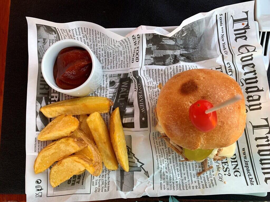 Una de las hamburguesas que pedimos en La Candela